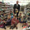 Kinder aus Tschernobyl erhalten neue Schuhe