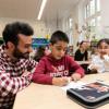 DEICHMANN-Mitarbeiter helfen Erstklässlern / Auszubildende unterstützen Leseprogramm in der Dürerschule in Essen-Borbeck (FOTO)