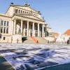90 Opfer zeigten ihr Gesicht – erschütternde Streetart-Aktion in Berlin (FOTO)