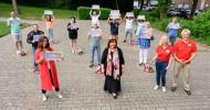 Katarina Wittüberrascht Gewinner der Deutschen Postcode Lotterie in Aachen mit 1 Million Euro (FOTO)