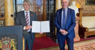 Bundesverdienstkreuz für Dr. Norbert Kloppenburg / Schatzmeister des Kinderhilfswerks Plan International Deutschland ausgezeichnet (FOTO)